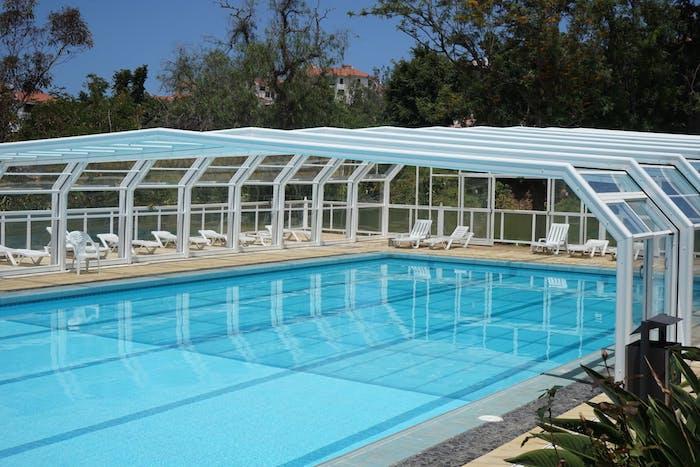 modele de piscine abri haut à fermeture mécanisme télescopique, idee amenagement piscine jardin