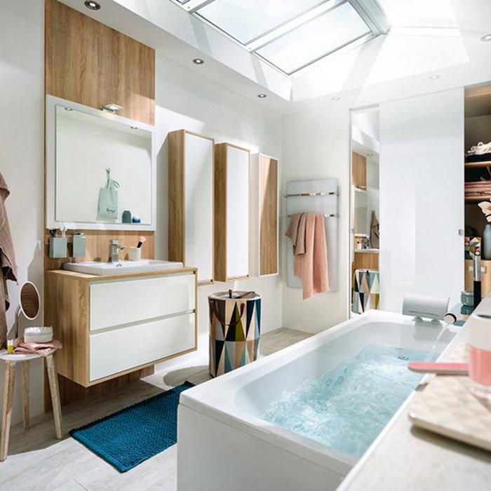 Baignoire avec option jacuzzi, salle de bain bois, meuble sous vasque salle de bain tendance, meubles rangement en blanc et bois