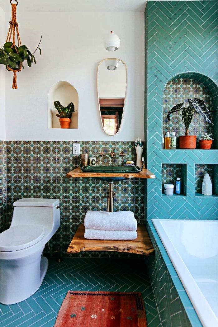 idee salle de bain petite surface en bleu et blanc avec baignoire encastrée et niches murales, meuble sous vasque en bois flotté