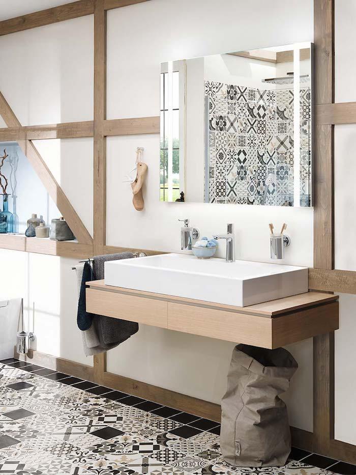 Carrelage de sol portugais, comment aménager son salle de bain scandinave style moderne, bois sur les murs pour un sens rustique