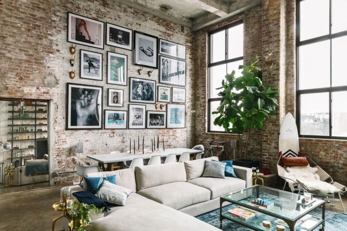 comment décorer un loft industriel avec plantes vertes, aménagement salon ouvert avec canapé d'angle et table basse en verre et métal