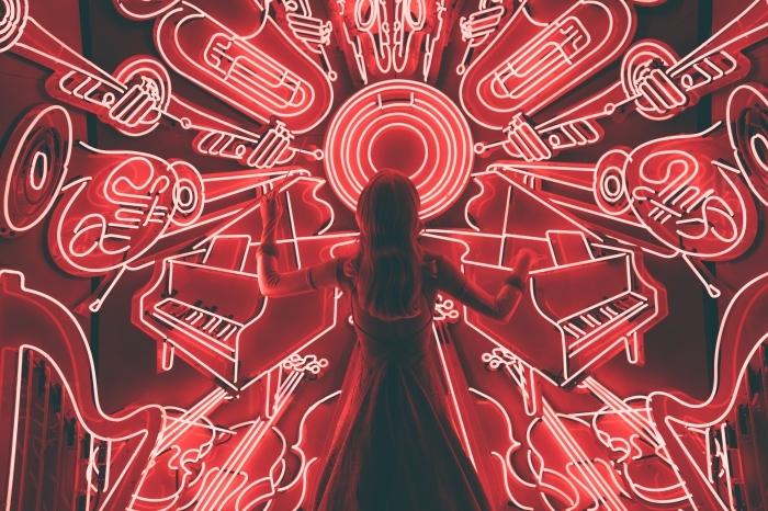 exemple fond d écran gratuit pour ordinateur, wallpaper art avec photo d'une fille devant instruments de musique lumineux