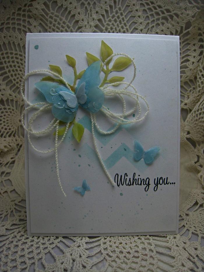 jolie carte bonne fête d'anniversaire à tâches de peinture aquarelle bleu pastel, décorée de petits embellissement naturels