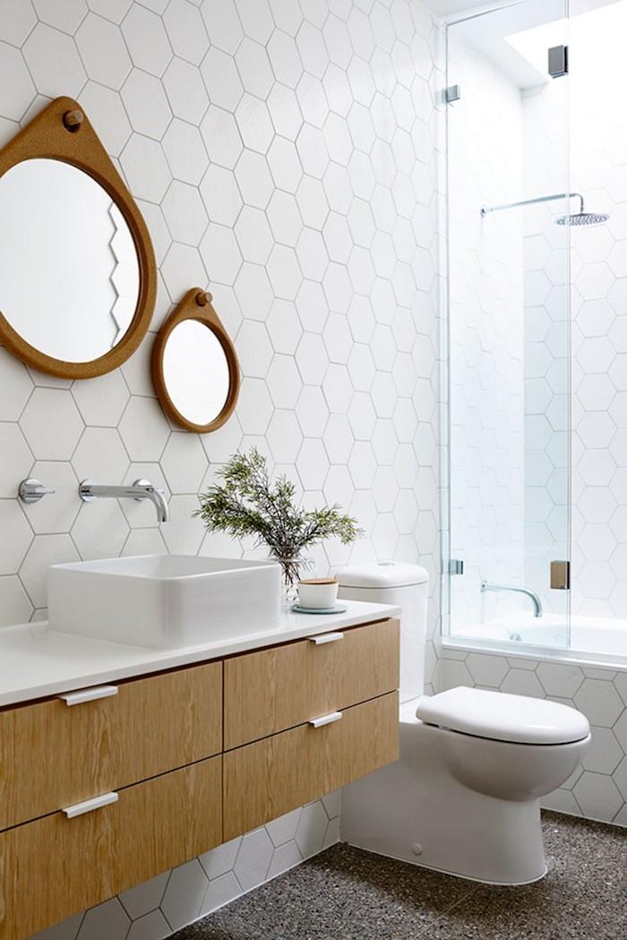 Rondes miroirs design, lavabo carré, toilette, douche et baignoire en un, idée carrelage salle de bain, moderne salle de bain gris et blanc avec détails bois