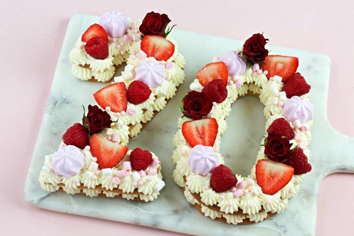 gateau anniversaire simple et beau en forme de chiffre, number cake garni de rosaces en crème au beurre, de meringues et de fruits rouges