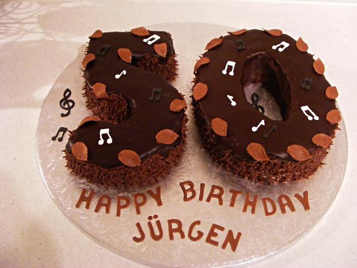 gateau anniversaire adulte en forme de chiffres au glaçage de crème beurre chocolat et au décor de feuilles d'automne en chocolat