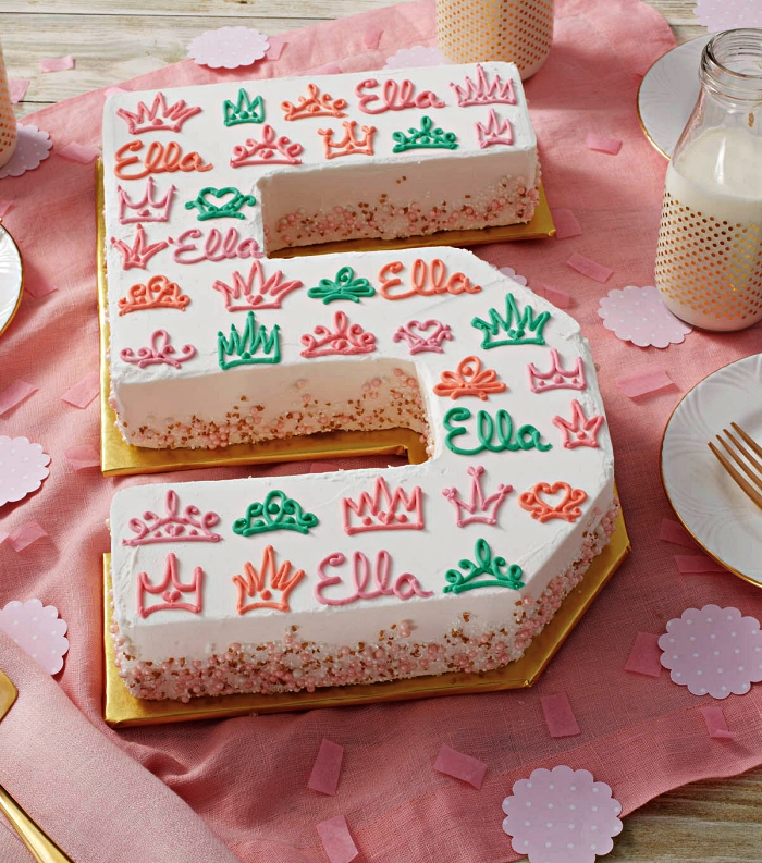 gateau anniversaire fille en forme de chiffre recouvert de crème beurre et décoré de petites couronnes en glaçage coloré, number cake personnalisé pour fille