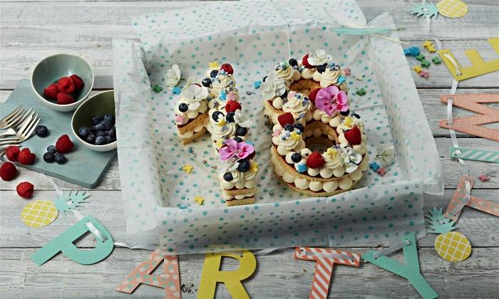 recette de gateau 18 ans en forme de chiffre, gâteau biscuit garni de crème beurre et de fruits rouges