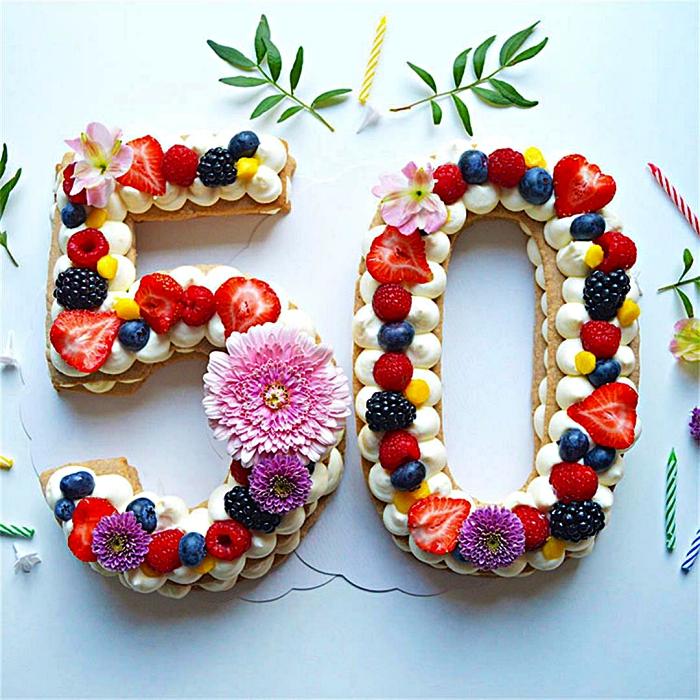 gateau anniversaire adulte en forme de chiffre, number cake en pâte sablée garni de chantilly au mascarpone, fruits rouges et fleurs