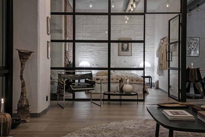 choix verrière pour loft industriel, exemple comment décorer une chambre industrielle aux murs briques et parquet bois