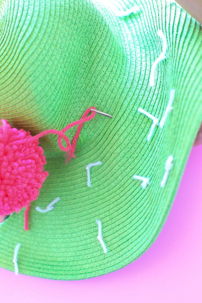 idée cadeau anniversaire maman, accessoire mode femme à faire soi-même, diy capeline verte avec pompon