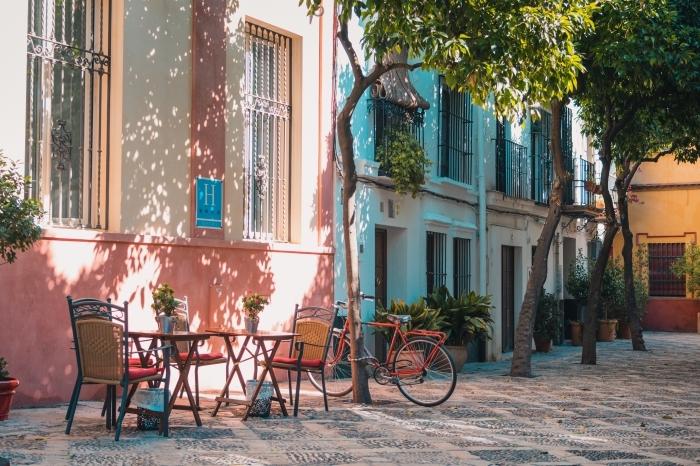 quel wallpaper choisir pour son ordinateur, fond ecran printemps dans le centre ville, photo rue avec maisons colorés