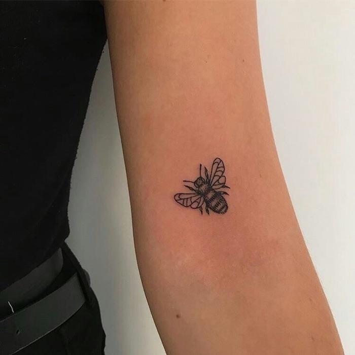 Insect modele tatouage magnifique, tatouage original, fille swag avec tatouage swag sur la main