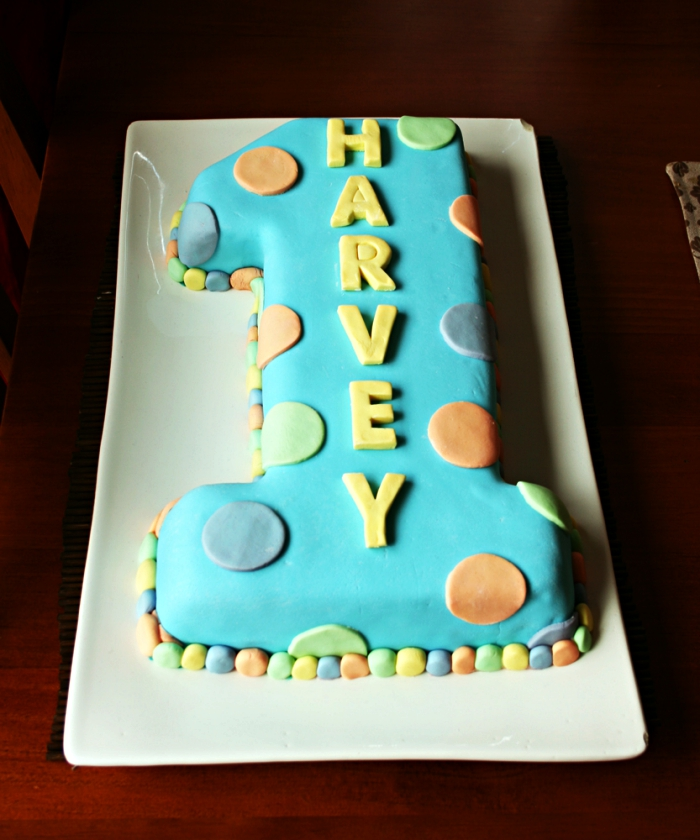 idée gateau anniversaire 1 an en forme de chiffre recouvert de pâte à sucre bleu, gâteau d'anniversaire 1 an au décor en pâte à sucre