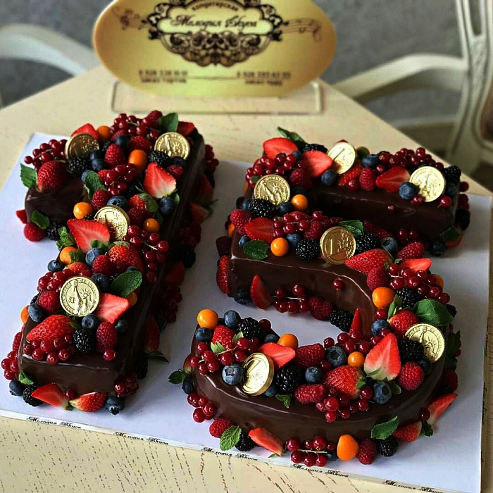 number cake chocolat à la ganache et au décor de fruits rouges, idée de gâteau d'anniversaire 15 ans