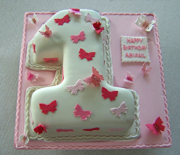 gateau anniversaire 1 an au décor de pâte à sucre, gâteau d'anniversaire fille en forme de chiffre au décor de papillons en pâte à sucre rose