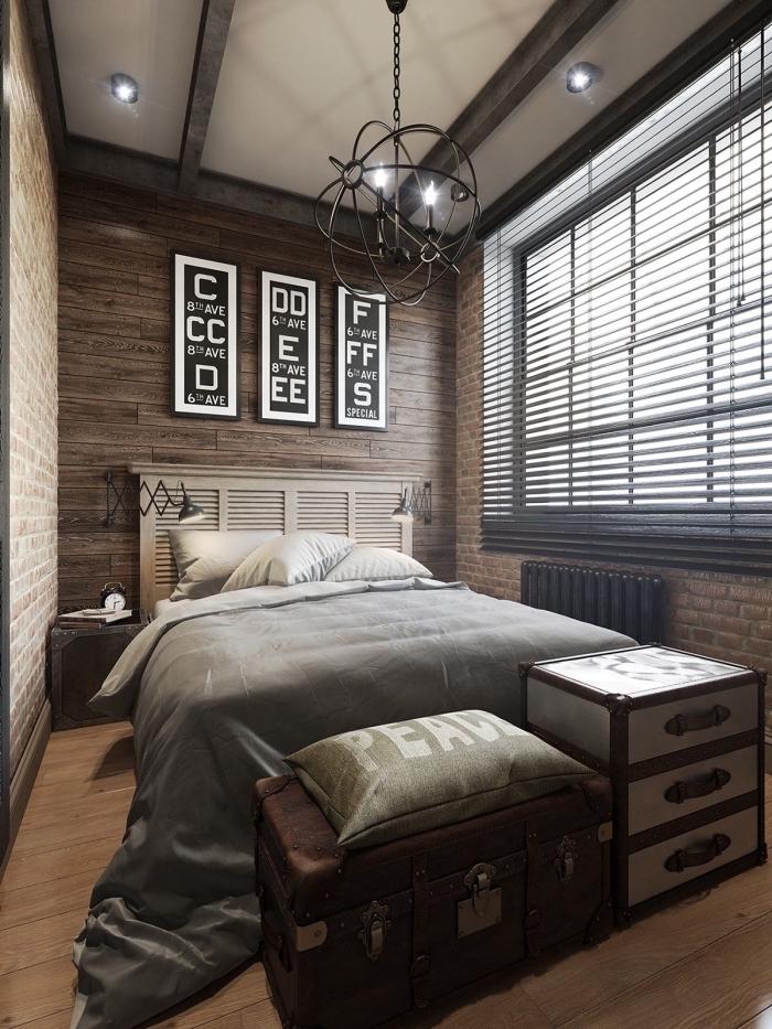 deco industrielle pas cher avec ancien coffre valise en bois et fer, mur de cadres noirs, idée plafond blanc avec poutres bois gris