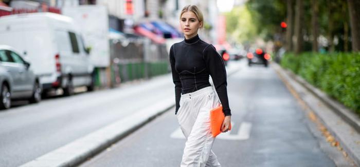 pantalon jambes amples, pull noir, sac enveloppe orange, mode printemps 2019