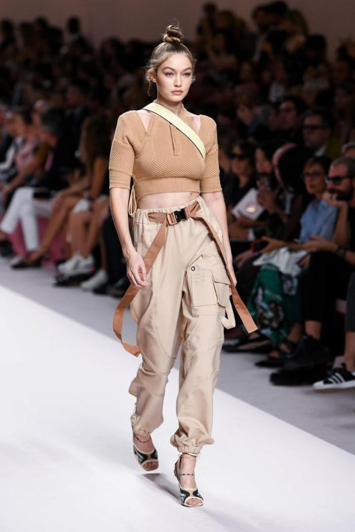 pantalon cargo couleur beige, chignon haut, sandales, haut femme chic, ceinture longue