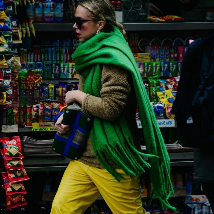 foulard vert aux franges, manteau fourrure court, style bohème femme, pantalon femme chic couleur jaune