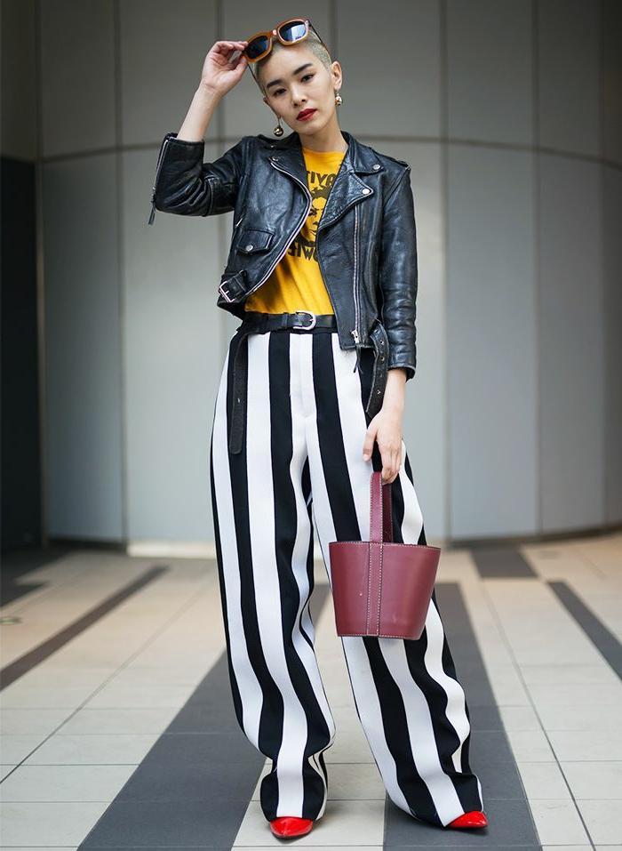 pantalon rayé, t-shirt jaune, veste en cuir, sac burgundy, lunettes monture marron, escarpins rouges