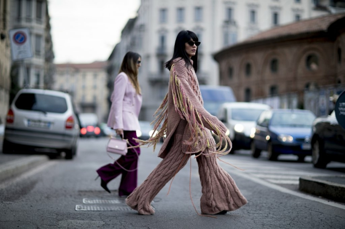 pantalon bohème au crochet, gilet rose pâles longues franges, femme en costume, pantalon lilas, veste rose