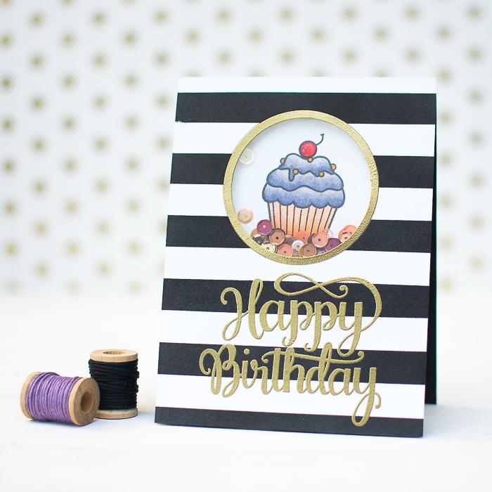 jolie carte anniversaire femme à rayures noires et blanches avec fenêtre rond, joli dessin cupcake et de petits sequins, modèle de shaker card à faire soi même