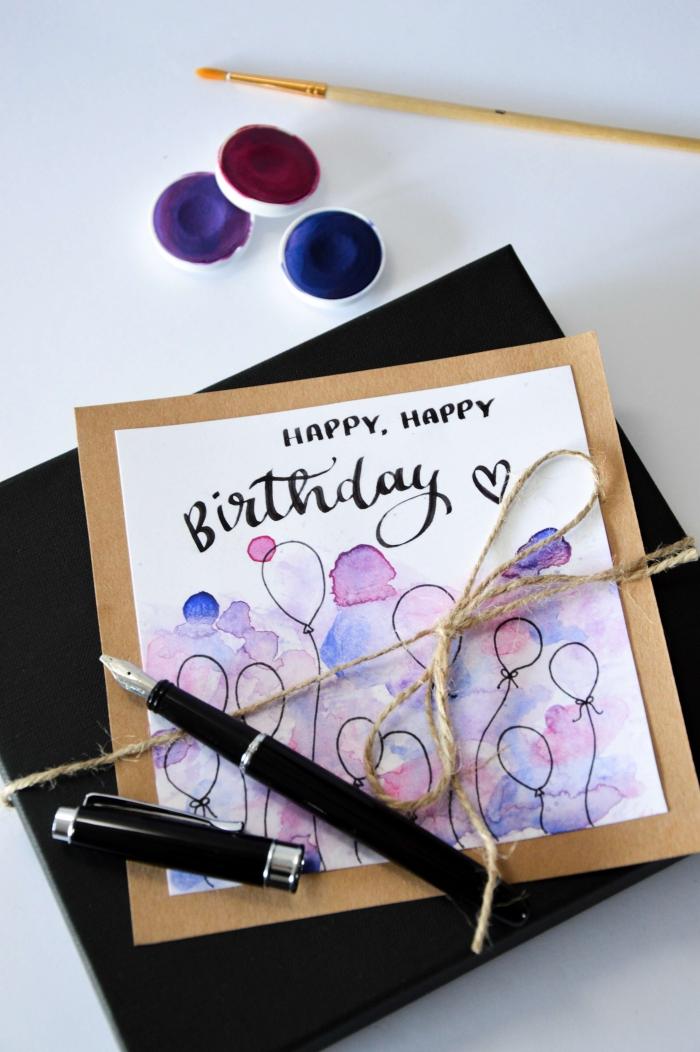 jolie carte bonne fête à motifs ballons, décorée avec de la peinture aquarelle, carte de voeux aquarelle sur un support en papier kraft
