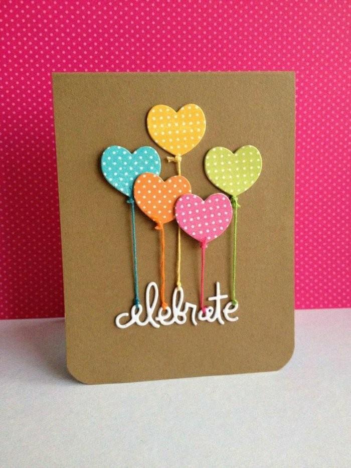 carte anniversaire petite fille en papier kraft décorée de ballons en forme de coeurs et de message en relief