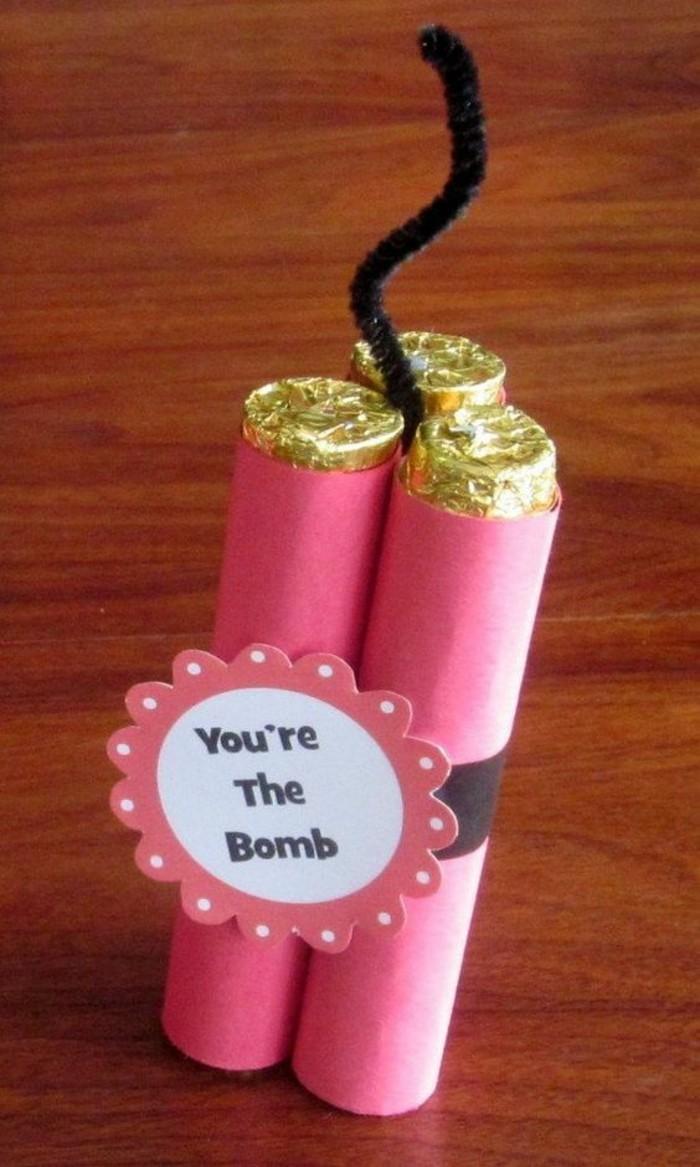 idée cadeau original et rigolo DIY, dynamite en papier rose et or rempli de confetti, comment surprendre sa meilleure amie, idée cadeau créatif