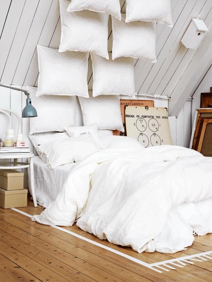 tete de lit originale à réaliser avec des oreilles, idée aménagement sous pente avec plafond bois blanc et plancher parquet