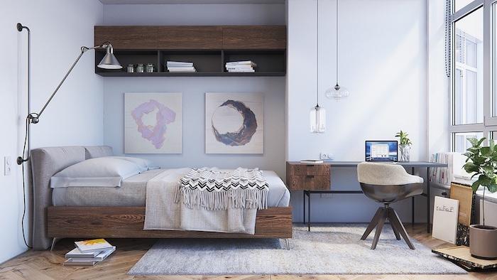 Deux tableaux sur le mur au style abstrait, étagère en haut du lit, coin bureau simple, intérieur minimaliste, lampe tactile