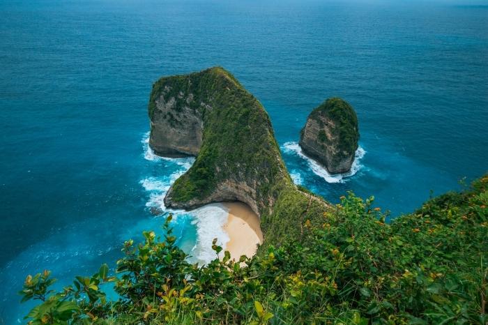 capture de la nature sauvage avec drône, fon decran pour ordinateur avec cadre naturel rochers dans la mer