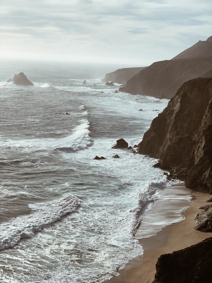 fond d écran magnifique, exemple photo incroyable avec drône, photographie de plage déserte avec falaise dans la mer
