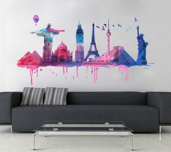 paysage New York abstrait en rose et bleu, sofa moderne gris anthracite, coussins rayés