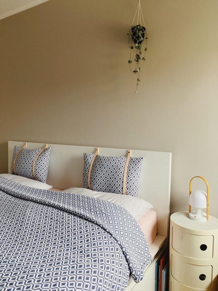 exemple de chambre à coucher adulte personnalisée avec une tête de lit customisée, modèle tête de lit avec coussins