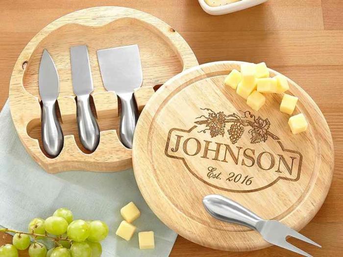 Coffret pour les fromages avec planche bois et couteaux de fromage, utile et beau cadeau mariage original, coffret cadeau couple moderne