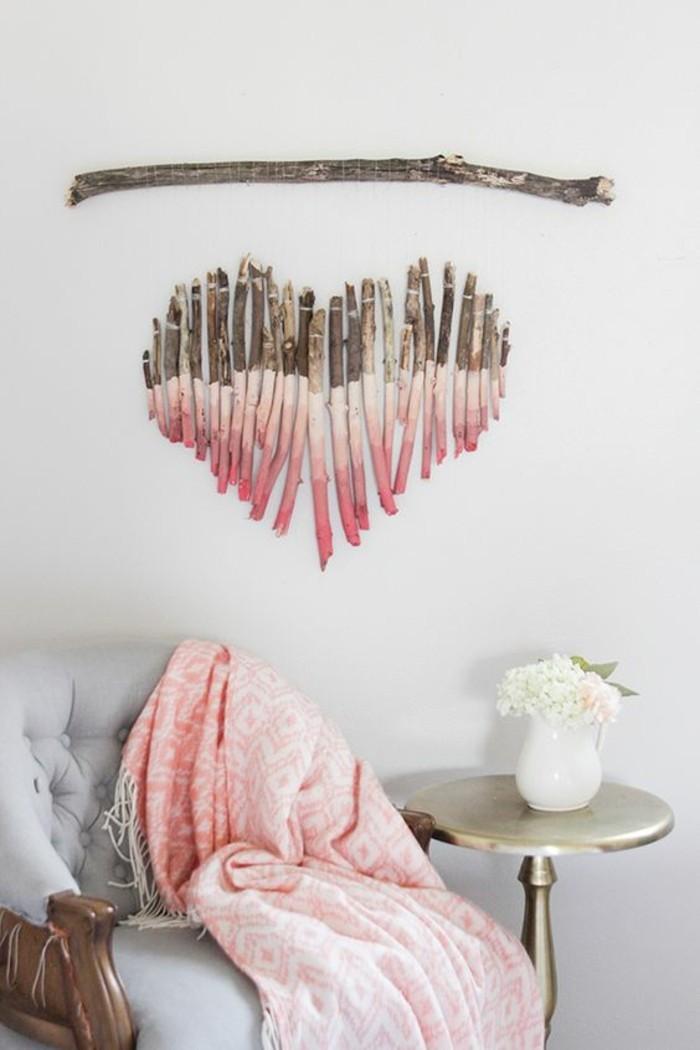 déco en bois flotté, déco murale ethnique, petite table d'appoint, vase avec fleurs blanches, fauteuil gris