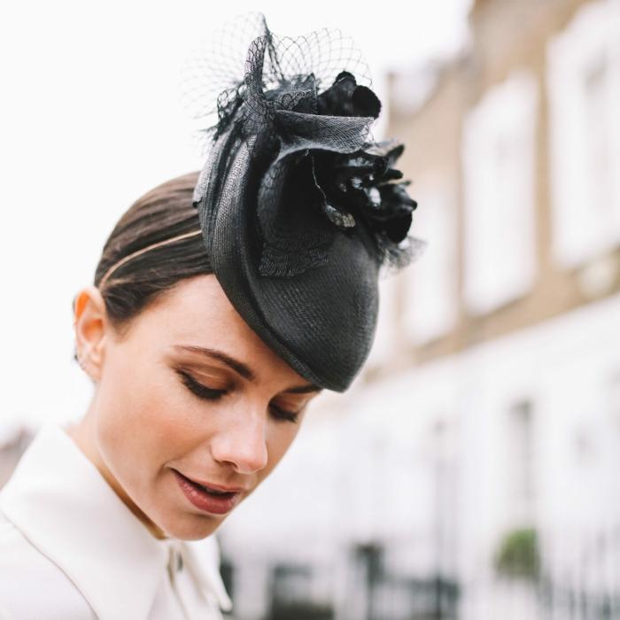 chapeau bibi noir, ornements abstraits, chignon bas, chemise blanche, chapeau femme mariage