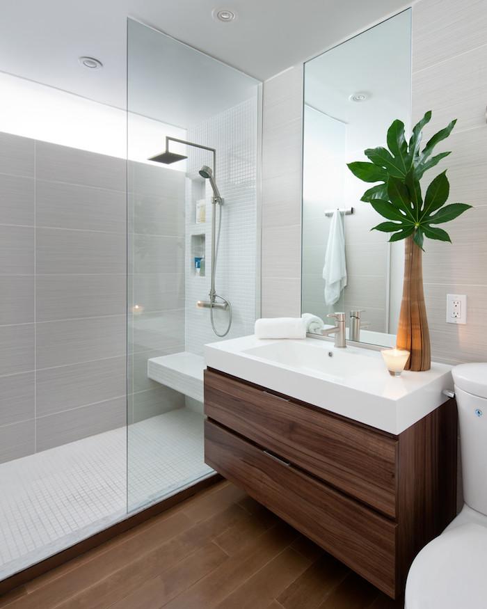 Aménagement petit espace, meubles bois et carrelage idée déco, aménagement blanc salle de bain noir et bois, vase avec verdure