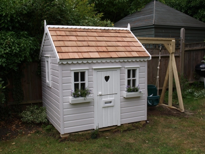 idée cabane en palette à façade blanche, modèle abri de jardin pour jeux d'enfant, exemple cabane pour enfant