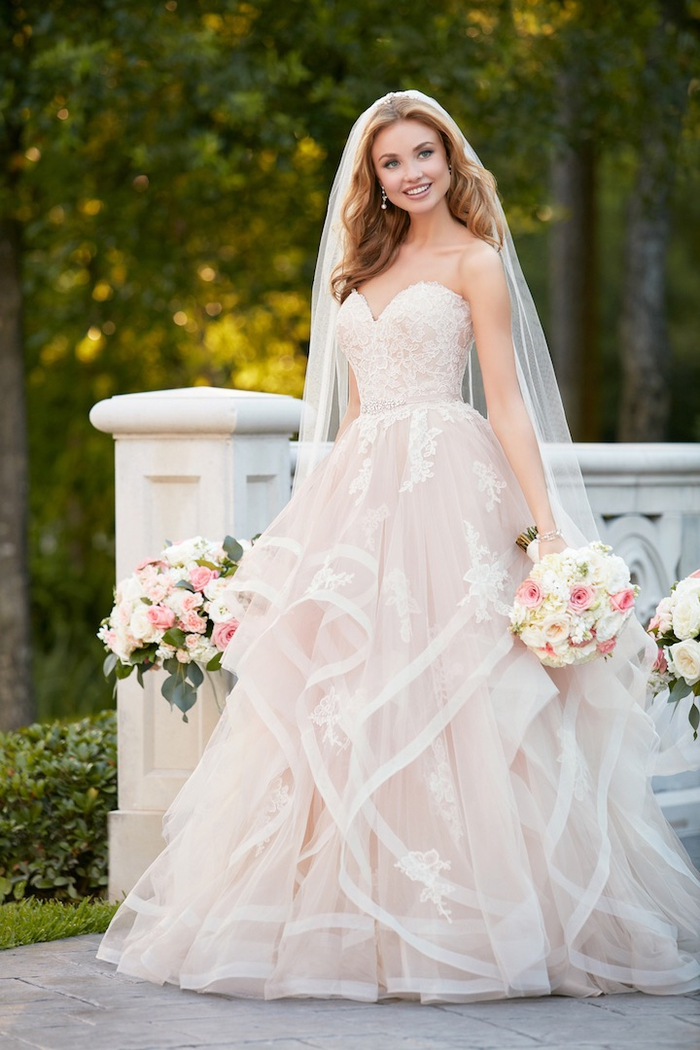 Une femme qui ressemble à une poupée, bustier coeur, jupe tulle avec détails crochet fleuries, robe de mariée princesse 2019, tendances longue robe en dentelle