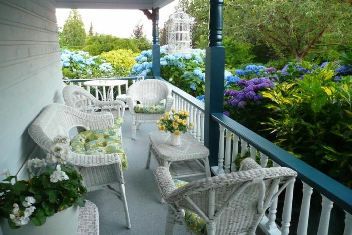 aménagement de véranda, hortensias, chaises en rotin, décorer sa terrasse en style bord de mer