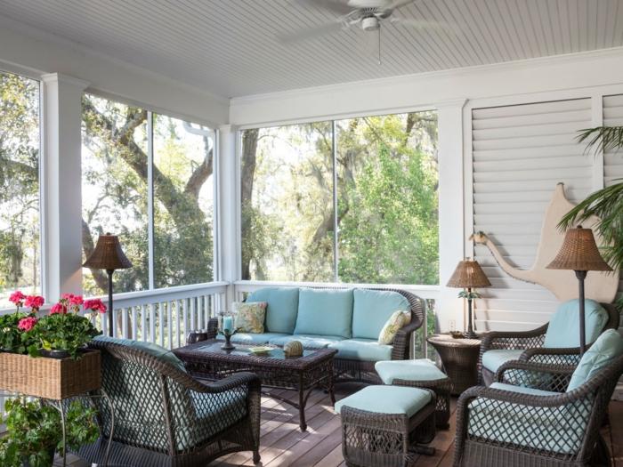 veranda ouverte en bleu et blanc, jardinière avec plante fleurie, lampes abat-jours