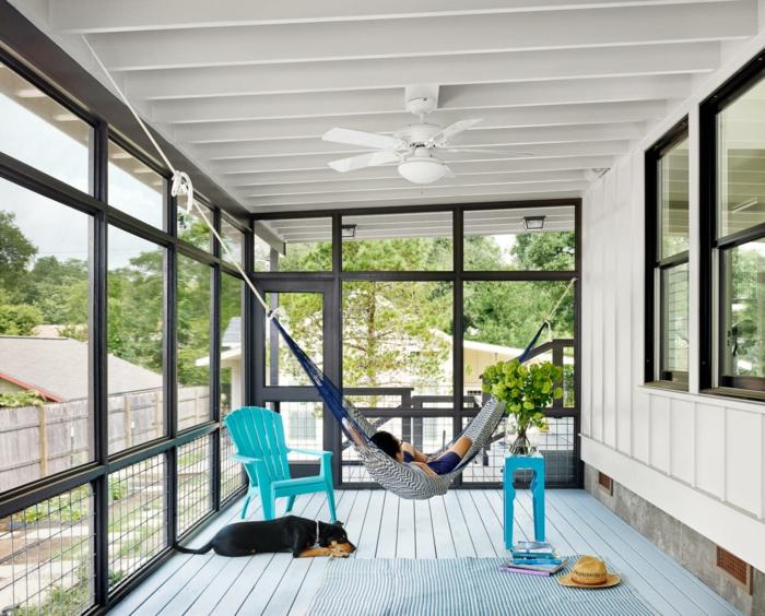 décorer sa terrasse, sol et plafond blanc, hamac, chaise bleue, lattes peintes blanches