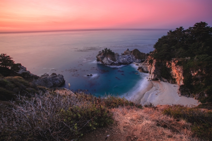 exemple de joli fond d écran avec nature, photo de la nature vierge sur un île déserte avec falaises dans l'eau