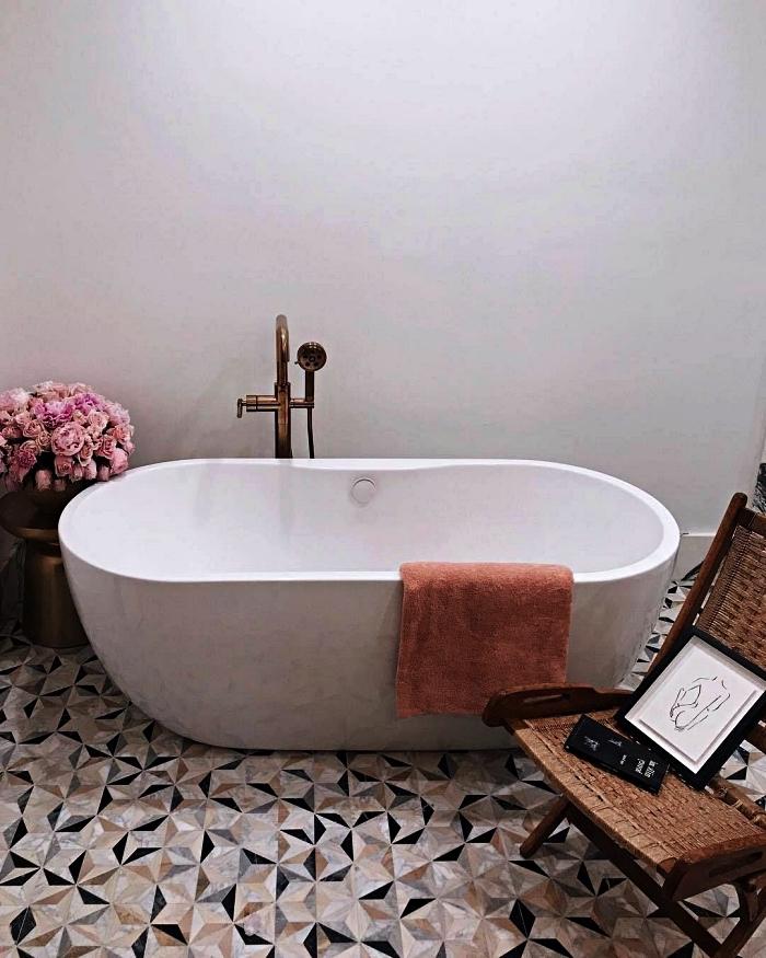 inspiration pinterest salle de bain au sol en carreaux de ciment graphiques avec baignoire îlot, espace bien-être féminin dans une salle de bains