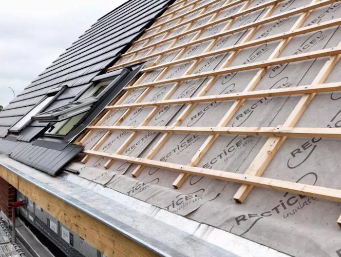 Photo d'illustration de travaux d'isolation de toit de maison afin de réaliser des économies d'energie