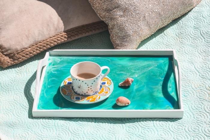 fond d écran gratuit pour ordinateur, photo de plateau avec tasse de café et coquillage en avant plan, idée petit déjeuner en plein air