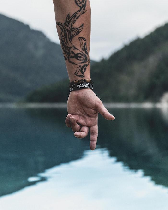 Motif scandinave sur la main, amour de voyager tatouage manchette homme, tatouage original, dessin décoratif